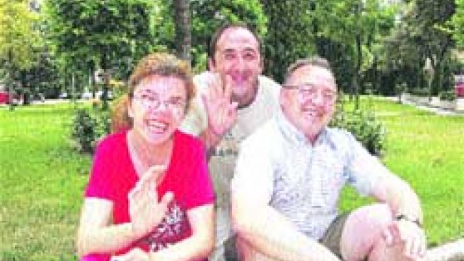 Beatriz, Jesús y Alejandro, después de su encuentro con los voluntarios.