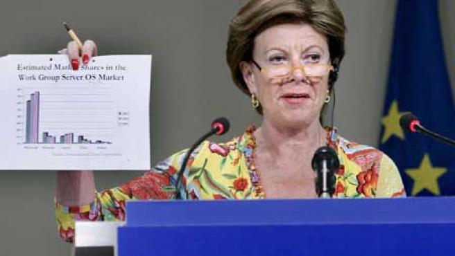 La comisaria europea de la Competencia, Neelie Kroes, durante la conferencia en la que se ha hecho pública la multa.