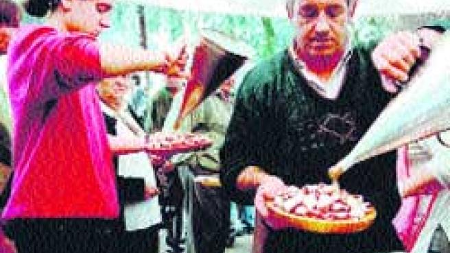 La fiesta del pimiento de Arnoia (arriba) y la del pulpo de O Carballiño (abajo) reúnen cada verano a miles de visitantes. (M. Fuentes)