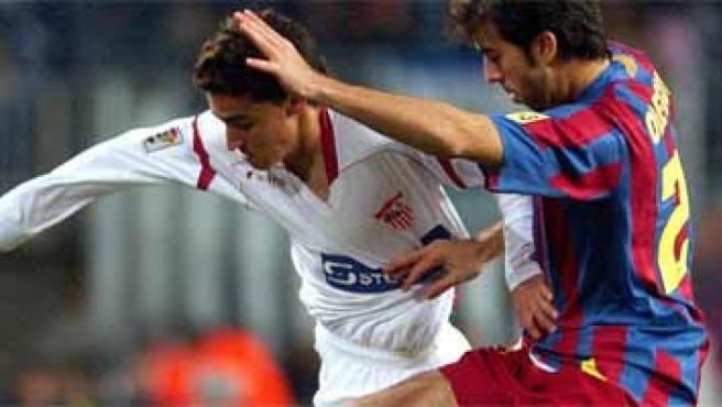 Navas disputa un balón con Oleguer. (Toni Albir)