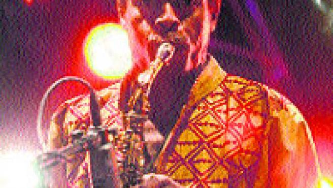 El nigerià Femi Kuti, lliurat al so del seu saxo.