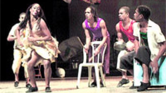 Fins a 19 joves artistes cubans de no més de 22 anys participen de l'espectacle de dansa i percussió Sonlar.