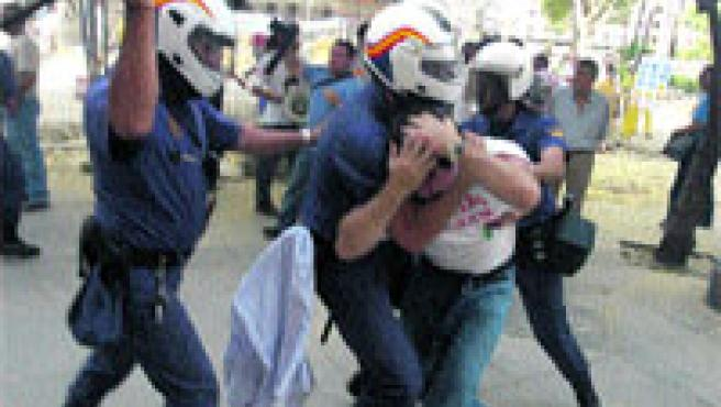 Enfrentamientos entre policías antidisturbios y manifestantes de los astilleros. Kako Rangel.