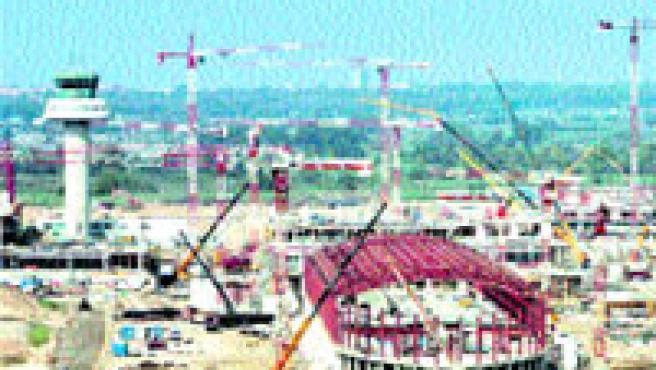 Obres de construcció de la nova terminal del Prat, ahir. (A. Estévez / Efe)