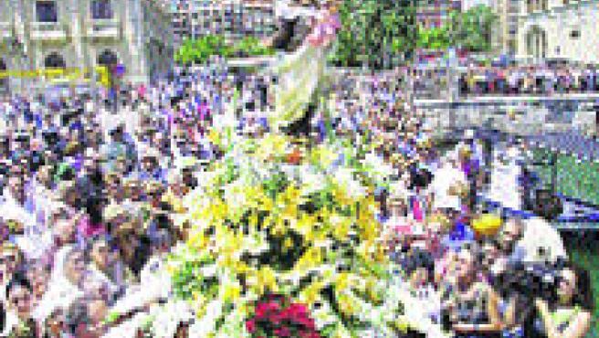 La emotiva procesión se completa con una ofrenda de flores.