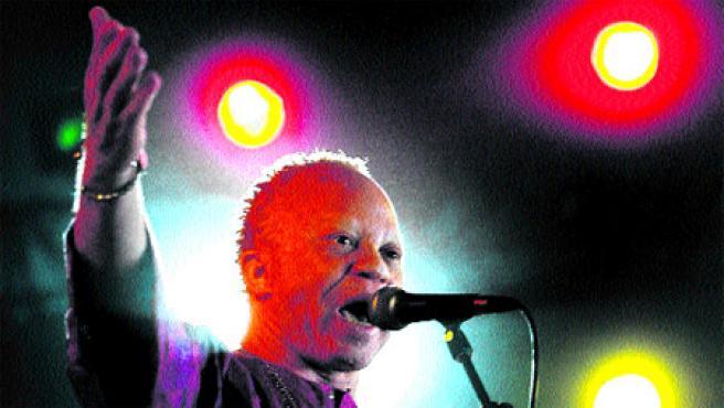 El cantante de Malí Salif Keita, derrochando energía encima de un escenario, como hará esta noche en Cartagena.
