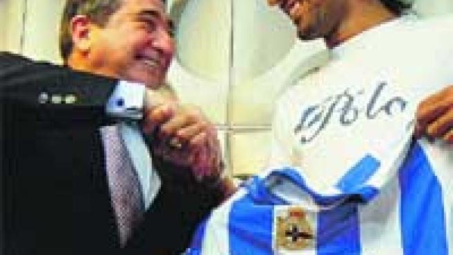 Lendoiro estrecha la mano de Juan Rodríguez. (EFE)