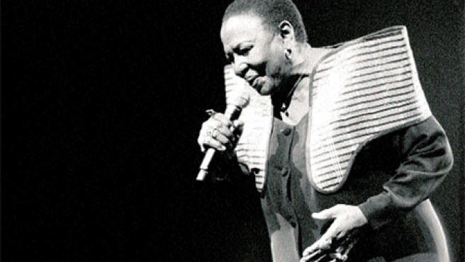 Miriam Makeba abrió La Mar de Músicas. A la derecha, el cantante Sandile Dikeni.Óscar Gutiérrez.