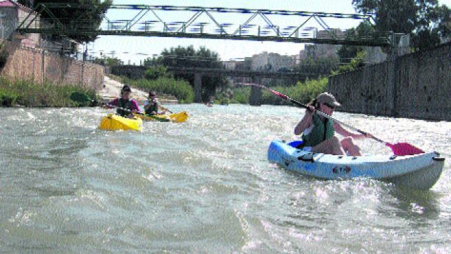 Excursionistas prueban la bravura del río Segura por Cieza montados en piraguas.