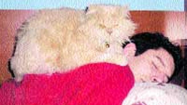 Ángel y su gato, Cobby.