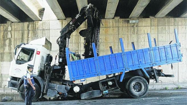 Camión se partió por la mitad al rozar la pluma o brazo mecánico con las vigas del túnel. Fran Manzanera.