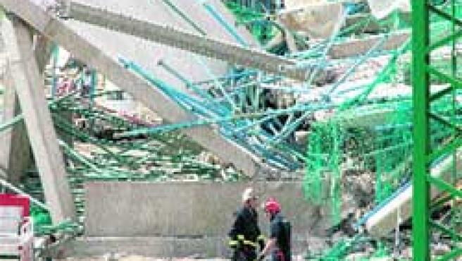 Aspecto del edificio que se derrumbó ayer, lo que causó la muerte de dos trabajadores(J. J. Guillén/efe).