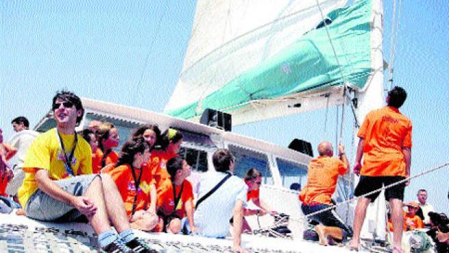 Los niños recorrieron en barco las nuevas instalaciones construidas en el puerto de Valencia. (Pablo Argente)