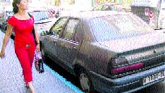 Los vendedores de coches ilegales siguen empleando la calle.(F. González)