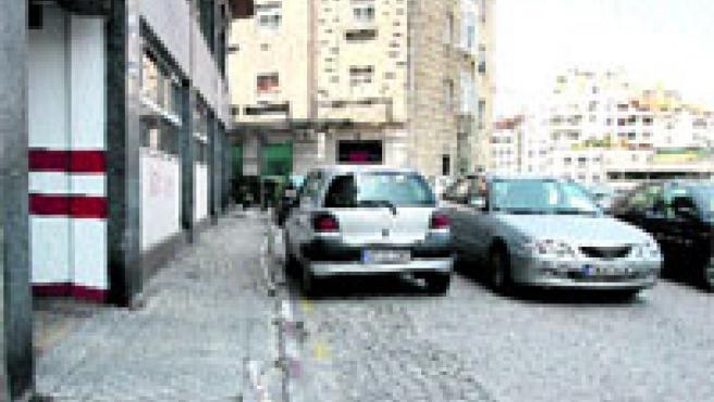 La calle Padre Ramón María Aller es una de las zonas del centro donde todos aparcan a sus anchas.