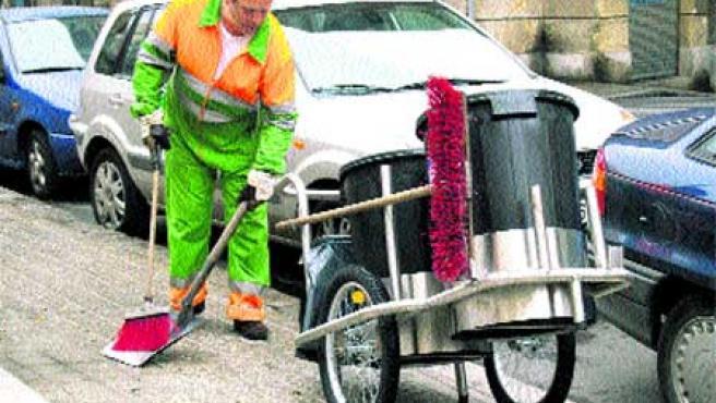 Un operario municipal limpia las calles de Bibao, ayer, con el nuevo equipo. (Begoña Hernández)