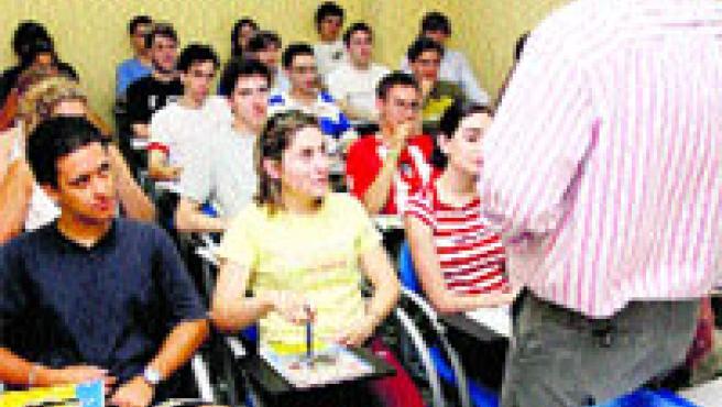 Los alumnos llenan las clases de la Autoescuela Valentín. Pablo Elías.