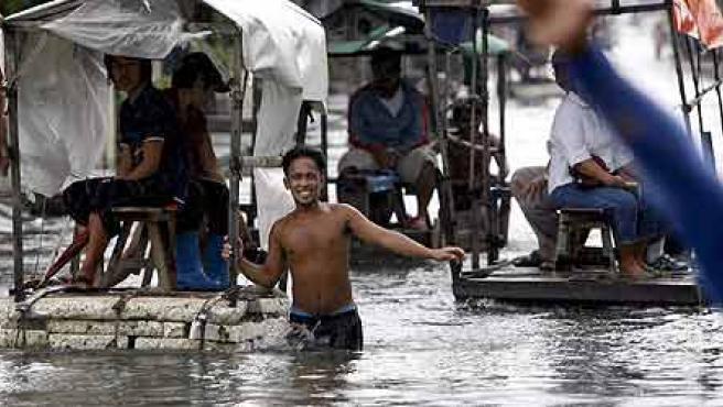 Damnificados por el Bilis del distrito de Malabón (Manila) tratan de ponerse a salvo (Foto EFE/Dennis Sabangan)