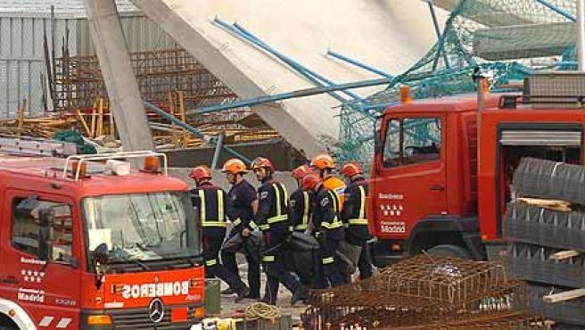 Los bomberos recuperan uno de los dos cadáveres (Efe / Víctor Lerena)