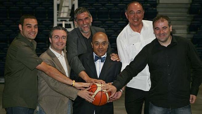 Montes (2d), acompañado por Iturriaga (izda), Domingo de la Cruz (dcha), y por el periodista de La Sexta, Antonio Esteva. (Efe)