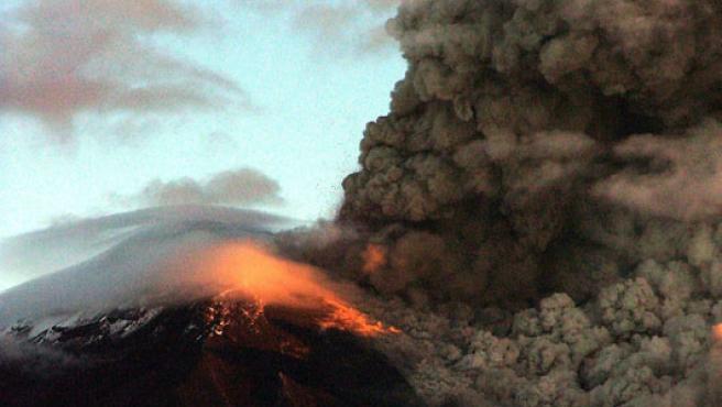 El volcán Tungurahua, en Ecuador, en erupción.(EFE/STR)