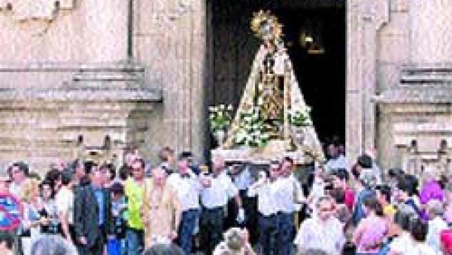 La imagen de la Virgen del Carmen salió ayer de la iglesia de San Jorge. (Moncho Fuentes)