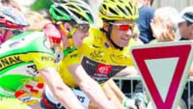 Ceda el paso. El líder Óscar Pereiro abraza a Landis, anterior amarillo, antes del comienzo de la etapa. (EFE)