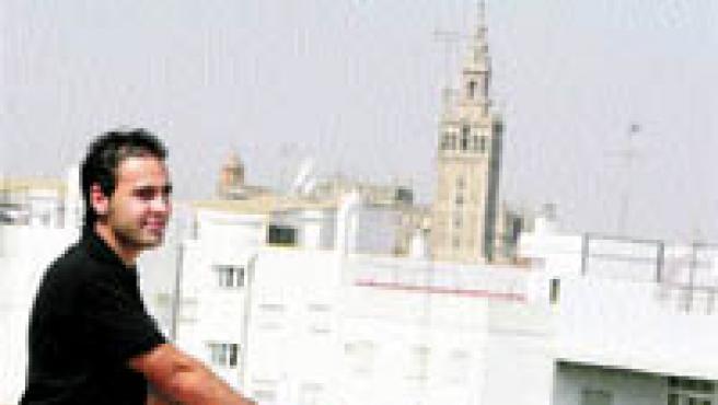 Raúl Pinto: El joven afortunado corrió el viernes con su madre Mari y su abuela Francisca a ver su ático de 180 m2 con vistas espectaculares. Su vecino ya tiene inquilinos (Aníbal González).
