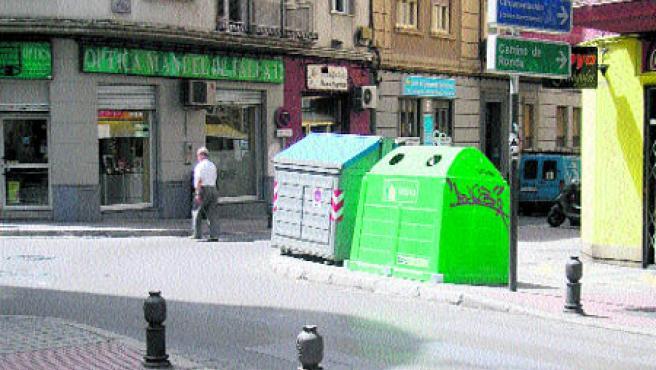 Los conductores que circulan por la calle Pedro Antonio de Alarcón y giran hacia Manuel de Falla no ven el paso de peatones porque los contenedores de vidrio y papel, mal colocados, se lo impiden (Bolívar).
