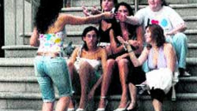 Antes de salir, los jóvenes se reúnen en zonas céntricas.(M. Vila)