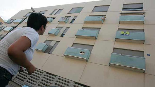 """Un bloque de viviedas con varios carteles de """"Se vende"""" en su fachada (Jorge París)"""