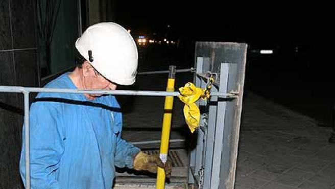 Un obrero de la compañía inicia las reparaciones (Efe / J.C Hidalgo)