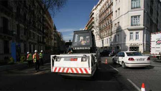 Operarios asfaltan la calle Alcalá (Sergio González)