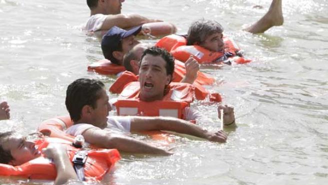 Trabajadores de Izar se lanzan al Guadalquivir para bloquearlo y exigir que la SEPI negocie con los sindicatos (Aníbal González)
