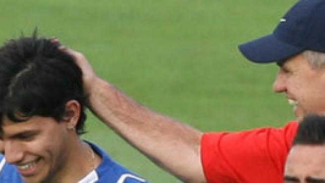 Aguirre le hace una carantoña a Agüero durante el entrenamiento (J.C Hidalgo/EFE)