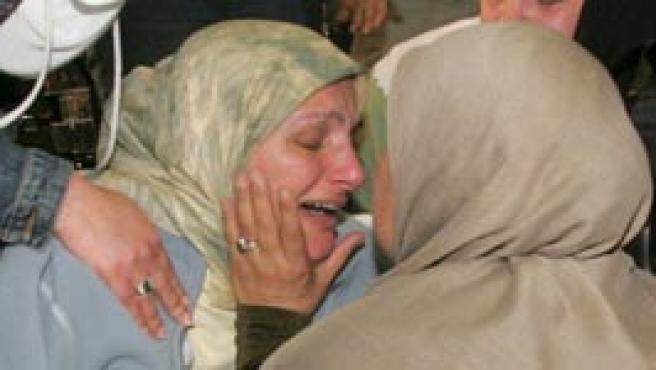 Una mujer que escapó de Beirut llora al saber que la casa de sus padres fue alcanzada por los bombardeos (Foto: Efe)