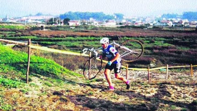 A la izquierda, Pereiro durante su etapa en el ciclocross. A la derecha (arriba), su madre y su hermano. Por debajo, Óscar haciendo la comunión.(M. VILLA)