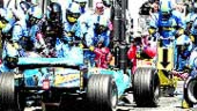 Alonso, cambiando neumáticos en el circuito de Magny Cours (EFE)