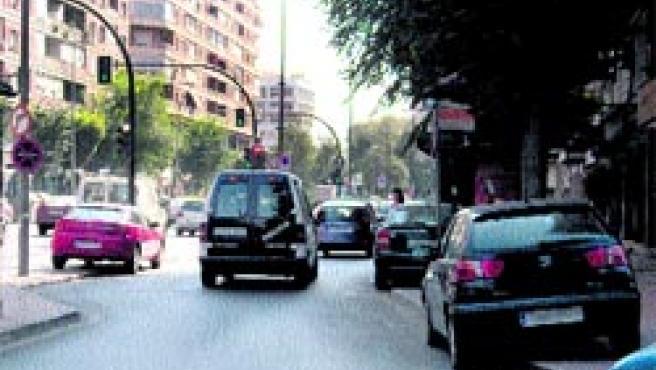 Numerosos coches aparcados encima de las aceras en Murcia ciudad.
