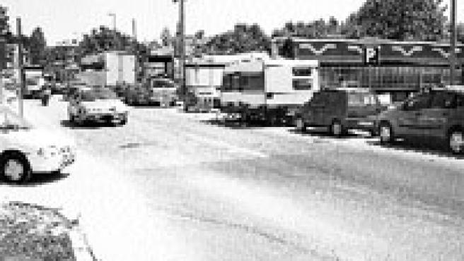 Los trabajadores ambulantes de las fiestas populares han instalado sus caravanas y furgonetas en la explanada que hay frente a la iglesia de Coruxo. (M. Vila)