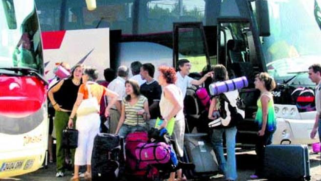 La despedida de 226 jóvenes que partieron de la capital aragonesa para disfrutar de sus vacaciones (F.Simón)