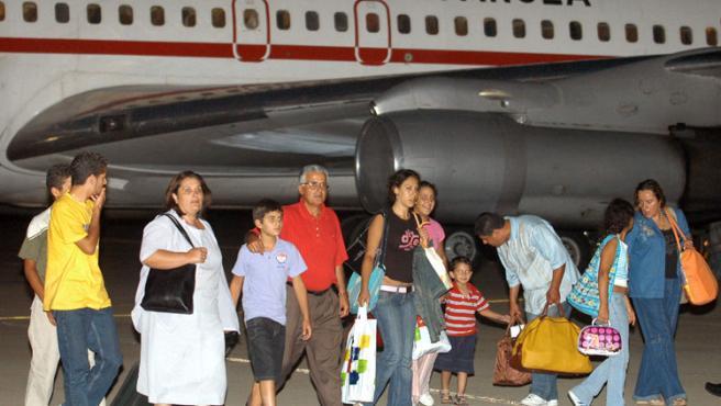 Un grupo de los repatriados por el Gobierno, tras bajar del avión en Torrejón de Ardoz. Kiko Huesca / Efe