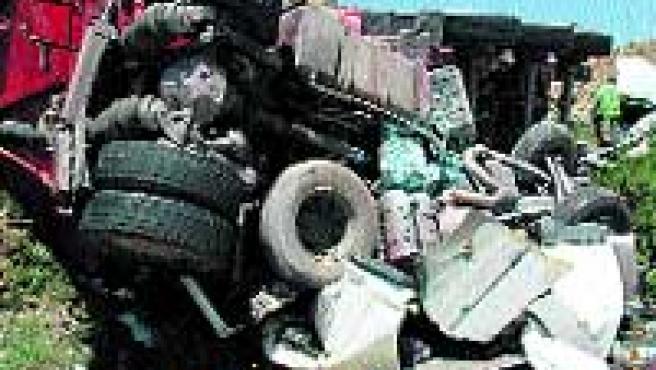 El camión aplastó el coché donde iban dos de los fallecidos. (MONTERO/ EFE)