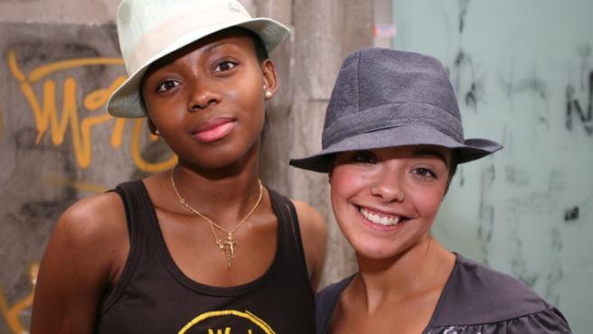 Las modelos posan con dos sombreros de Diesel (42 euros cada uno).