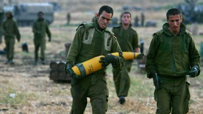 Soldados israelíes se movilizan con toda su artillería al sur de Líbano (Ronen Zvulun / REUTERS)