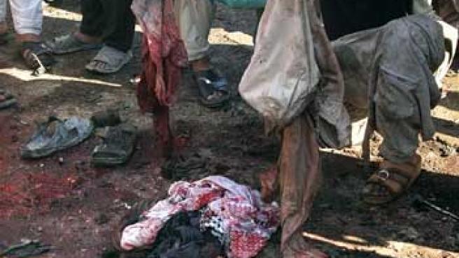 Ropas ensangrentadas de las víctimas del atentado (Ali Abu Shish / REUTERS)