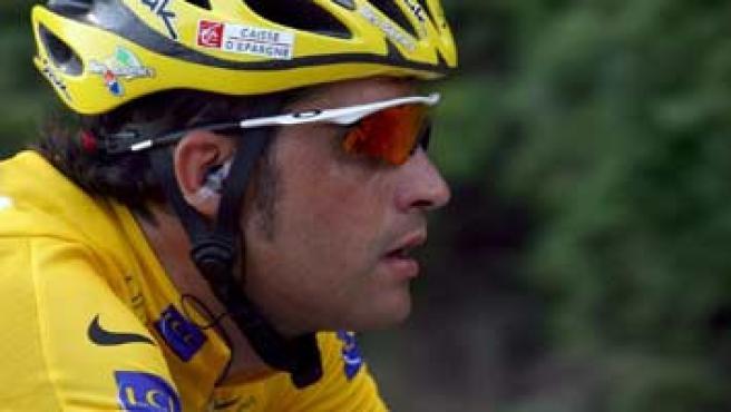 Oscar Pereiro llega de amarillo a los Alpes. (Oliver Weiken/Efe)