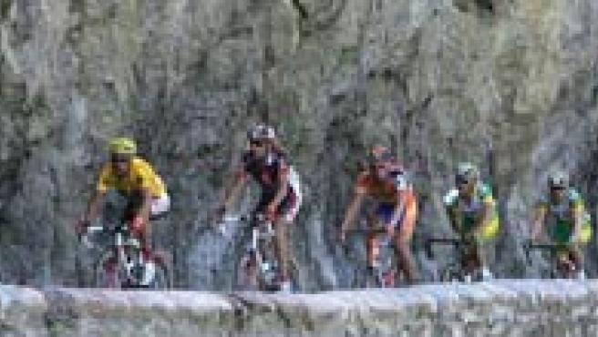 El pelotón de corredores tras el comienzo de la 15ª etapa del Tour de Francia.(Efe)