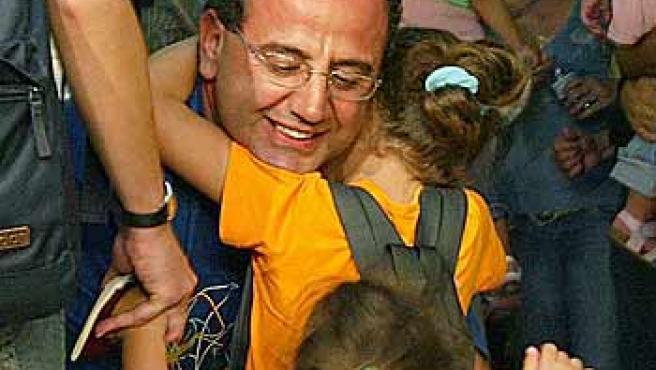 Varios evacuados españoles a su llegada al aeropuerto de Barajas. (B. Echávarri / Efe)
