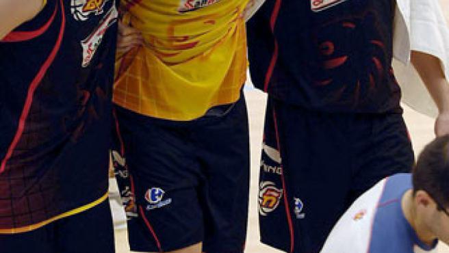 Marc Gasol es trasladado por su hermano Pau y por Edu Hernández Sonseca (Efe)